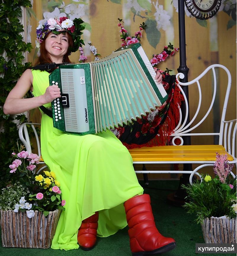 Тамада поет, танцует, играет на гармошке