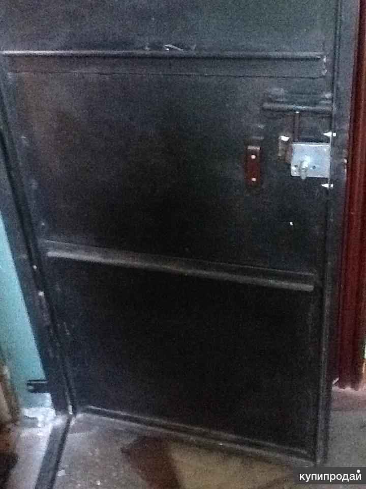 Продам б/у металическую дверь де монтированную с рамой/уголком и креплениями