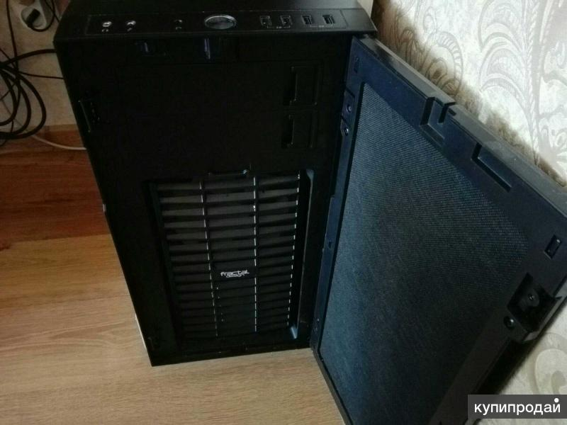 Мощный компьютер с монитором в идеальном состоянии