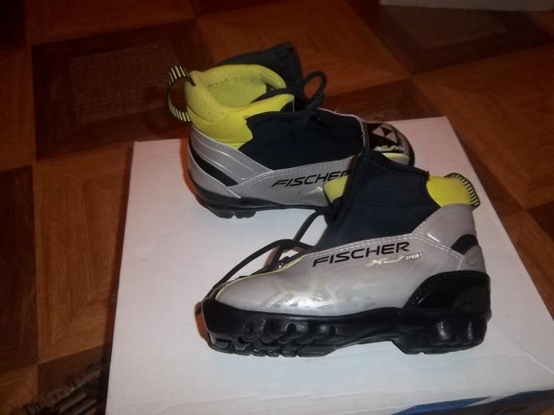 Продаются детские лыжные ботинки, недорого.