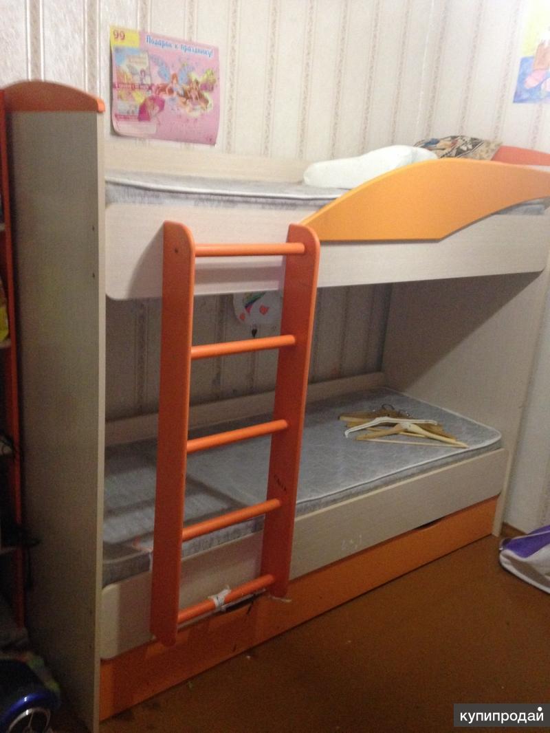 Продаю двухъярусную кровать с матрасами + пенал