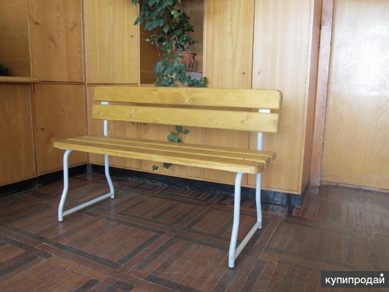 Скамья на металлическом каркасе с сиденьем и спинкой из дерева