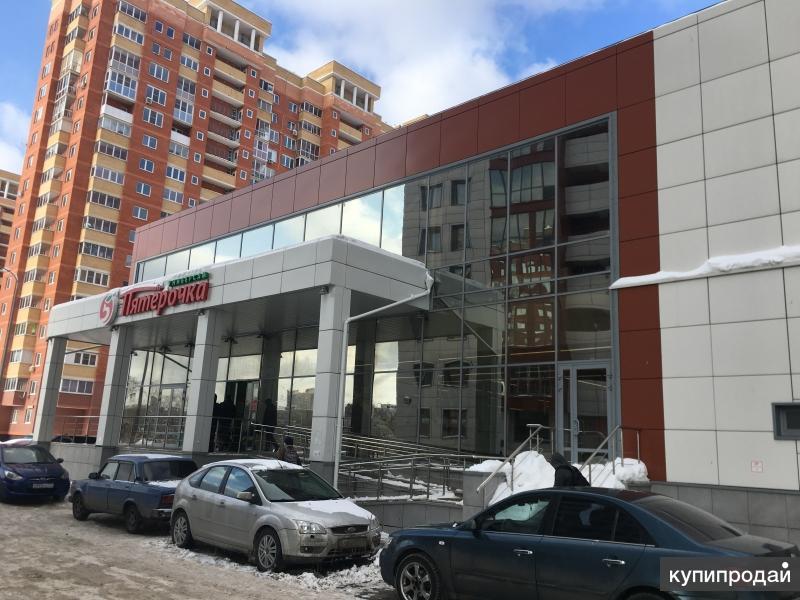 Торговая площадь на втором этаже окруженная плотным жилым массивом, г.