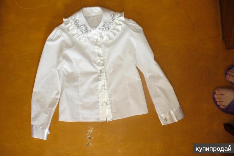 Продам школьные белые блузки на девочку.для начальных классов