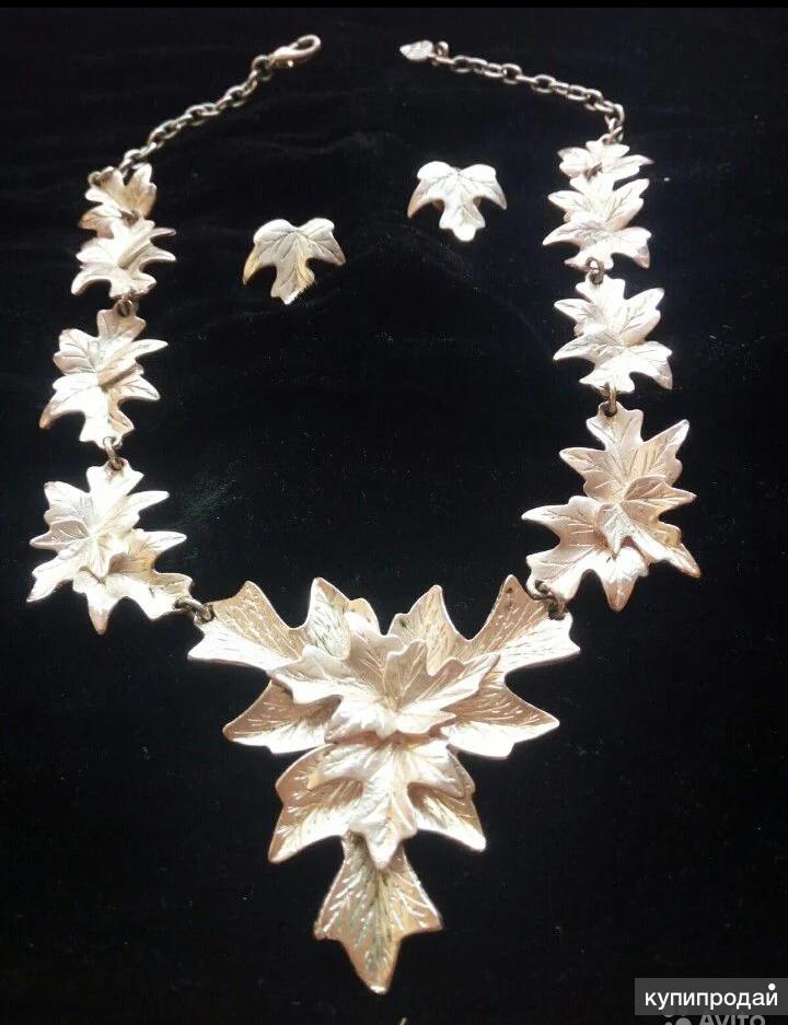 Ожерелье и гвоздики