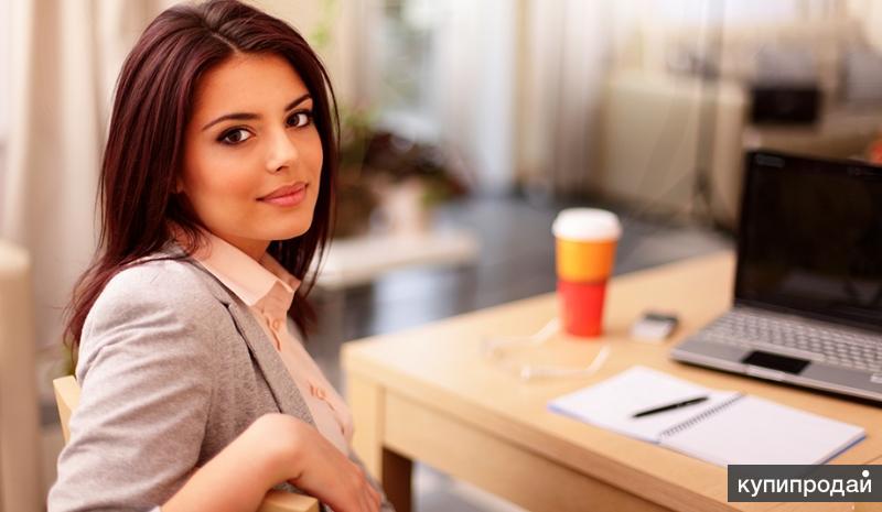 красивую девушку в офисе-фр1