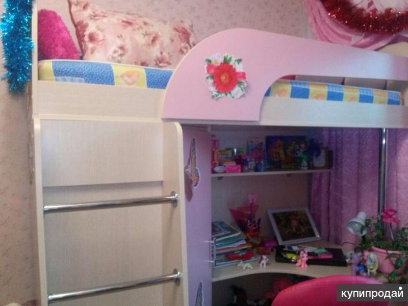 Уголок детский со столом и кроватью