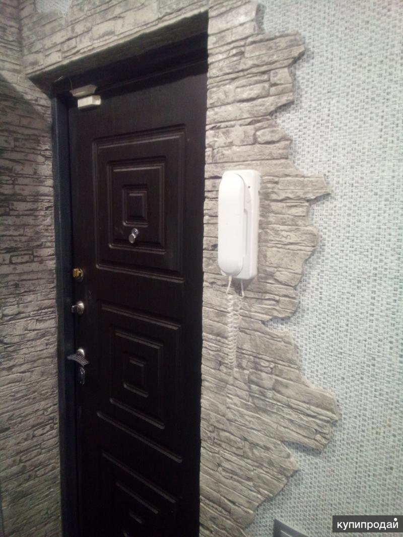 Декоративный камень около входной двери фото