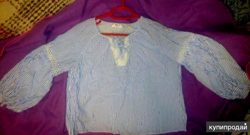 Блузка-рубашка по пояс рукава три четверти, отделаны кружевами и застегиваются н