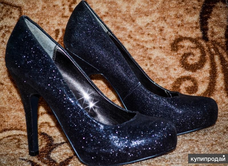 Красивые, блестящие туфли на высоком каблуке
