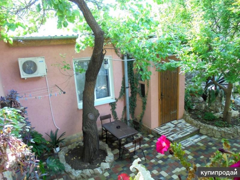 Домик под абрикосовым деревом на 2-4 человека в Феодосии.