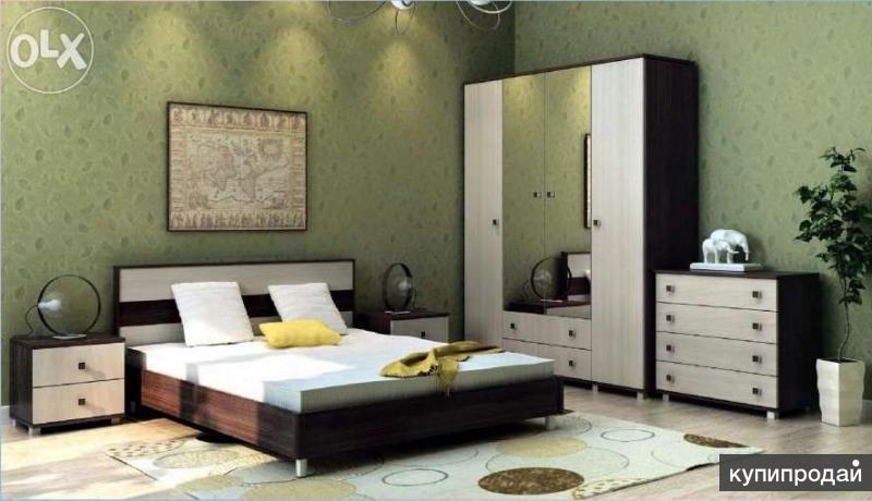 кровать с матрасом ,2 прикроватные тумбы и комод