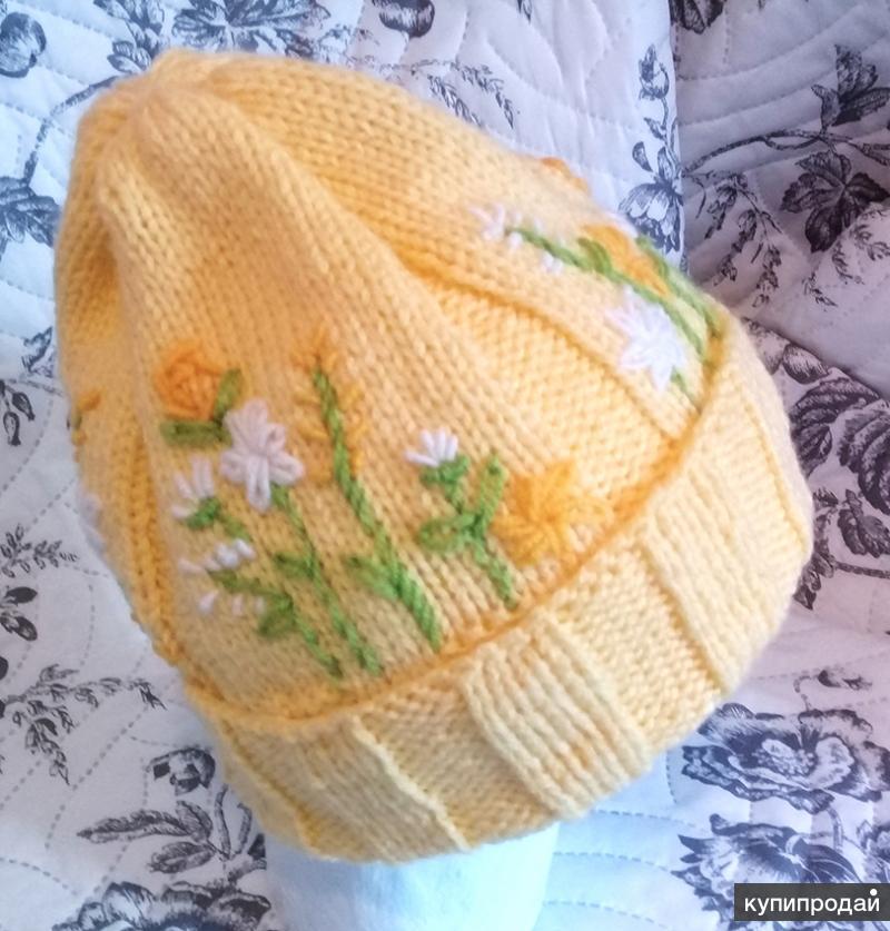 Шапочка с вышивкой нежно-желтого цвета