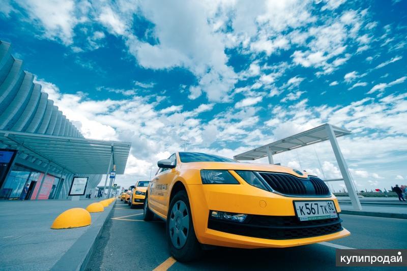 Водитель такси на машине организации