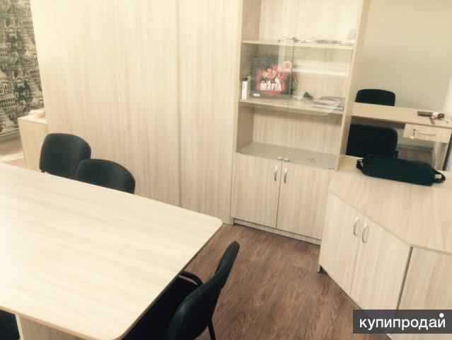 Офисное помещение с мебелью