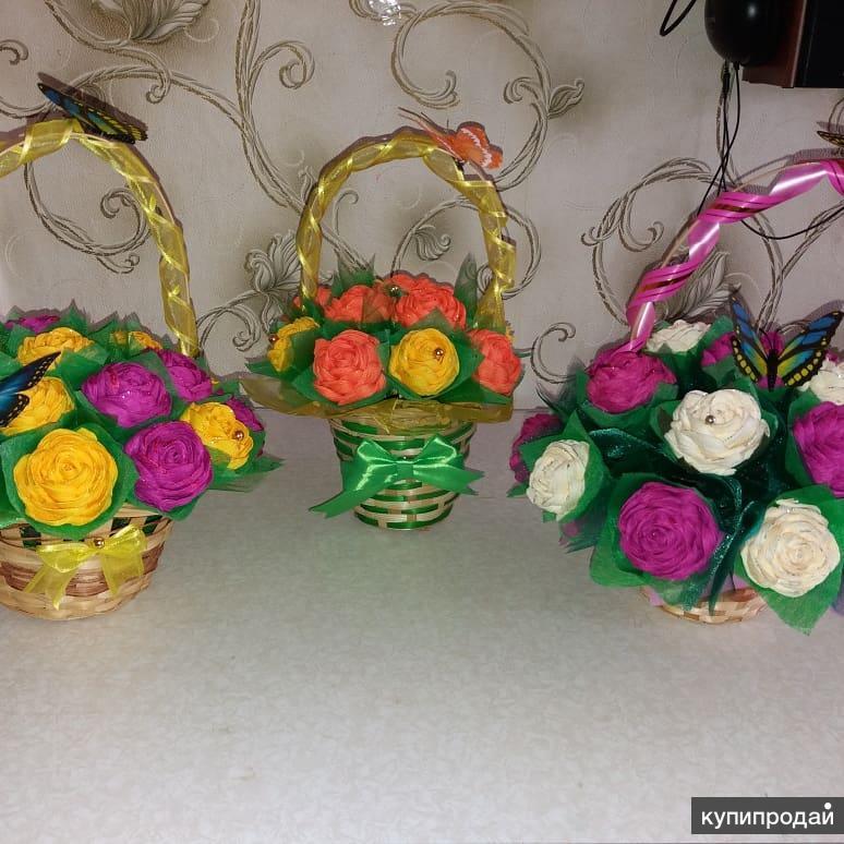 Декоративные цветы в корзинках на праздник.