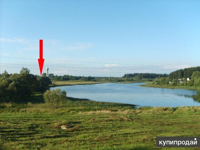 Беларусь. Кирпичный дом на берегу озера.