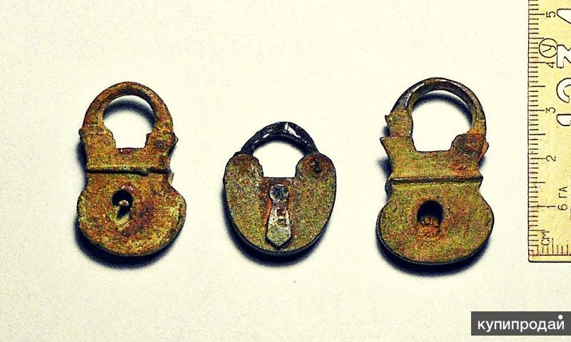 Три маленьких старинных бронзовых замочка.
